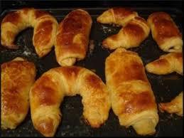 croissants et pains au chocolat avec une pâte feuilleté trop