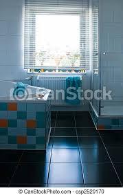 farbige weiße toilette mit schwarzem boden weißes