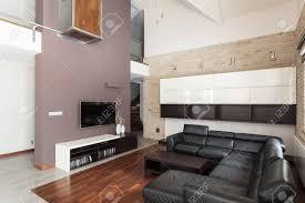 großes design grosses wohnzimmer mit schwarzen sofa
