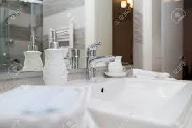 hotel badezimmer waschbecken tippen handtücher und badezimmer set moderne badezimmer interior design in licht helle farben mit waschbecken und