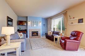 nettes wohnzimmer mit blauen wänden und teppich stockfoto