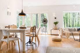 esszimmer mit holztisch in gemütlicher moderner lounge