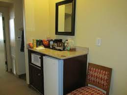 kleine bar mit kühlschrank und kaffee maschine im bereich