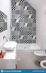 badezimmer mit duscheinheits toiletten bidet und