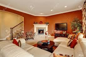 typisch amerikanisches familienzimmer mit großer sofagarnitur nordwest usa