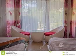 weiße tabelle und stühle im schlafzimmer und weißen im