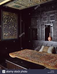 alte orientalische wolldecke auf bett im marokkanischen stil