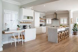 helle küche mit theke in offenem bild kaufen 12436048