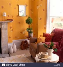 wohnzimmer mit ei eigelb gelbe wände und stadtansichten