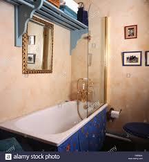 blau holz regal über badewanne mit dusche aus glas im