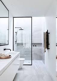 trennwand aus glas mit schwarzem rahmen duschkabine mit