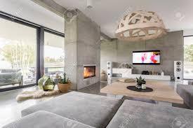geräumiges gemütliches wohnzimmer mit großen fenstern und kamin