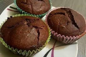 schoko muffins mit weißer schokolade und beeren gefüllt