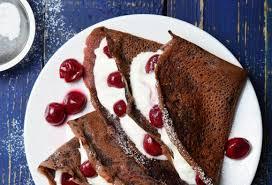 schokoladenpfannkuchen mit quark und kirschen