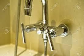 der wasserhahn ist die ausrüstung um das wasser in der leitung für sauberes und duschen im badezimmer zu öffnen und zu schließen