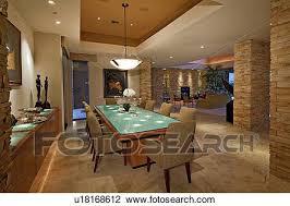 esszimmer mit kronleuchter in luxus villa stock bild