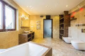 schönheit geräumiges badezimmer interieur im designer wohnung