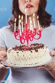 schöne junge frau feiern ihren geburtstag mit kuchen stockfoto und mehr bilder 18 19 jahre