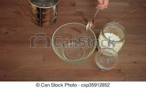 tamiser cuisine cuisine femme flour tamiser préparer farine femme métrage