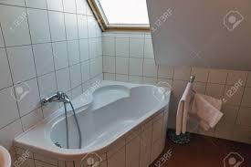 modernes weißes kleines badezimmer mit eckbadewanne handtüchern und fenster