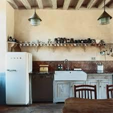 ancienne cuisine cuisine joliment surannée avec déco tasses et placards gris home