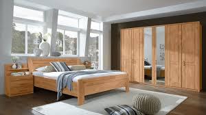 komplettzimmer mit kleiderschrank doppelbettgestell und nachttischen teilmassive erle vierteilig sechs türen