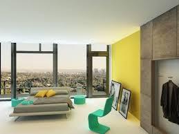 geräumige schlafzimmer interieur mit bunten gelben wand akzente türkis stuhl und schränke und eine doppelschlafcouch in grau vor vom boden bis zur