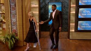 Kelly Ripa Halloween Skit by Kelly Ripa Hobbles To Set On Crutches Reveals She Broke Her Foot