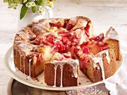 versunkener erdbeer rhabarber kuchen mit zuckerguss