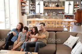 familie auf sofa in offenes wohnzimmer vor dem fernseher sitzen stockfoto und mehr bilder 4 5 jahre