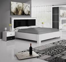 chambre avec lit noir lit adulte design blanc et noir avec éclairage traviata lit