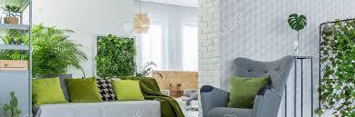 graue möbel in weiß und grün stilvolle wohnzimmer