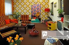 komplett eingerichtetes 70er jahre wohnzimmer auf einer