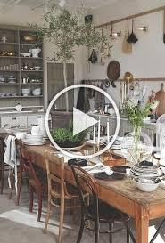 esszimmer landhausstil kerzen pflanzen offene regale