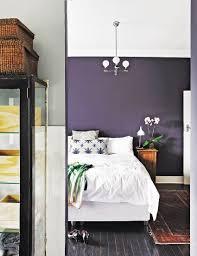 blick ins schlafzimmer mit weißem bett bild kaufen