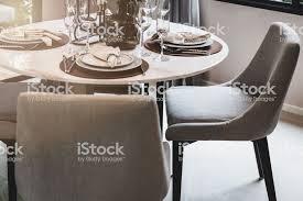 luxus esszimmer mit holztisch und klassischen stil sessel stockfoto und mehr bilder braun