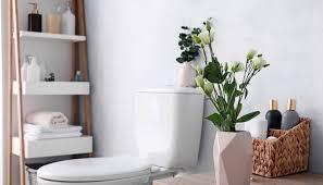 badezimmer idee bad mit deko vase dekoriertes leiterregal