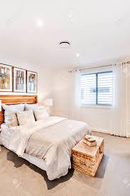 klassisches schlafzimmer mit einem kissen und decke in der nähe der fenstervorhang mit weißen wänden gibt es ein feld wie ein schatz mager auf dem