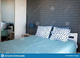 schlafzimmer mit doppelbett nachttisch mit le und