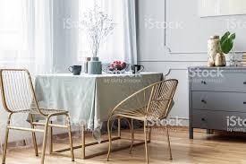 langer tisch goldene stühle und graue kommode im schönen wohnzimmerinterieur stockfoto und mehr bilder behaglich