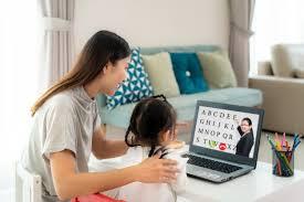 asiatisches kindergartenschülerin mit muttervideokonferenz e