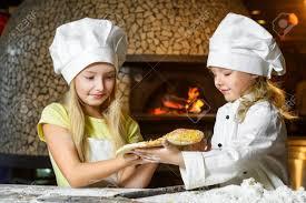 cuisine et spectacle drôle chef heureux fille cuisiner à la cuisine du restaurant et