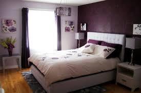 schlafzimmer gestalten lila wand tapete vorhaenge