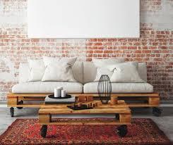 palette canapé une palette transformée en table basse à roulettes et le canapé