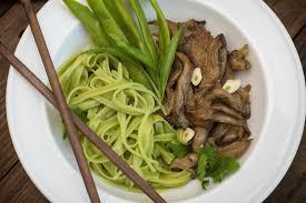 cuisine italienne gastronomique plat de pâte de spaghetti avec des chignons d épinards et d