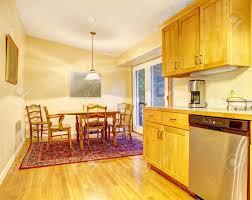 küche in orange warme farben und ein esszimmer