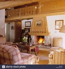 offener kamin im wohnzimmer eines traditionellen chalets in