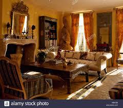 weißen chesterfield sofa und bequemen sessel auf beiden