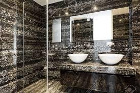 schöne moderne badezimmer mit marmorwand