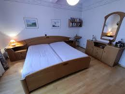 schlafzimmer einrichtung doppelbett kommode und großer schrank